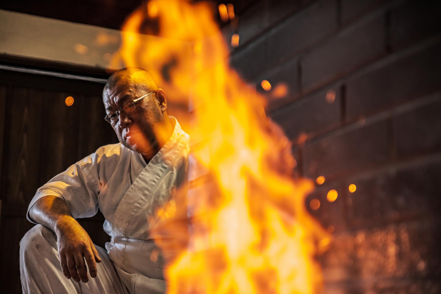 火花が散る大迫力の古式鍛錬-0